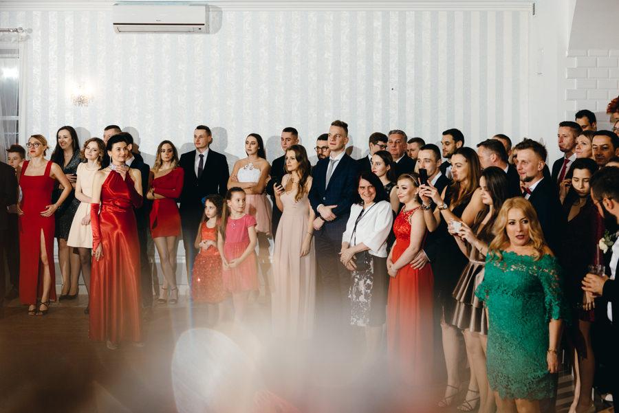 goście podziwiają tańczących nowożeńców Hotel Panorama Garden, wesele, reportaż ślubny, Fotograf Bochnia