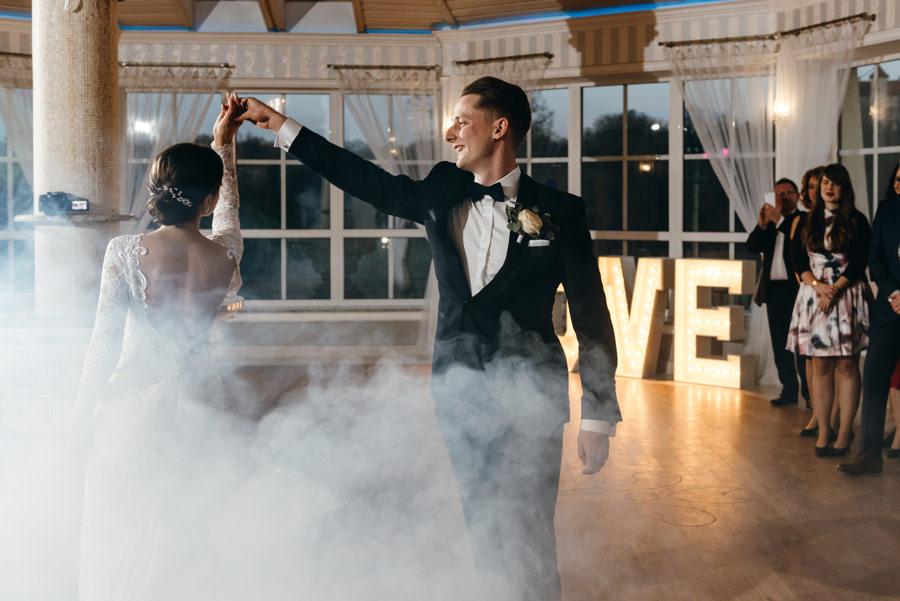 pierwszy taniec, efekt dymu na pierwszym tańcu, Hotel Panorama Garden, wesele, reportaż ślubny, Fotograf Bochnia