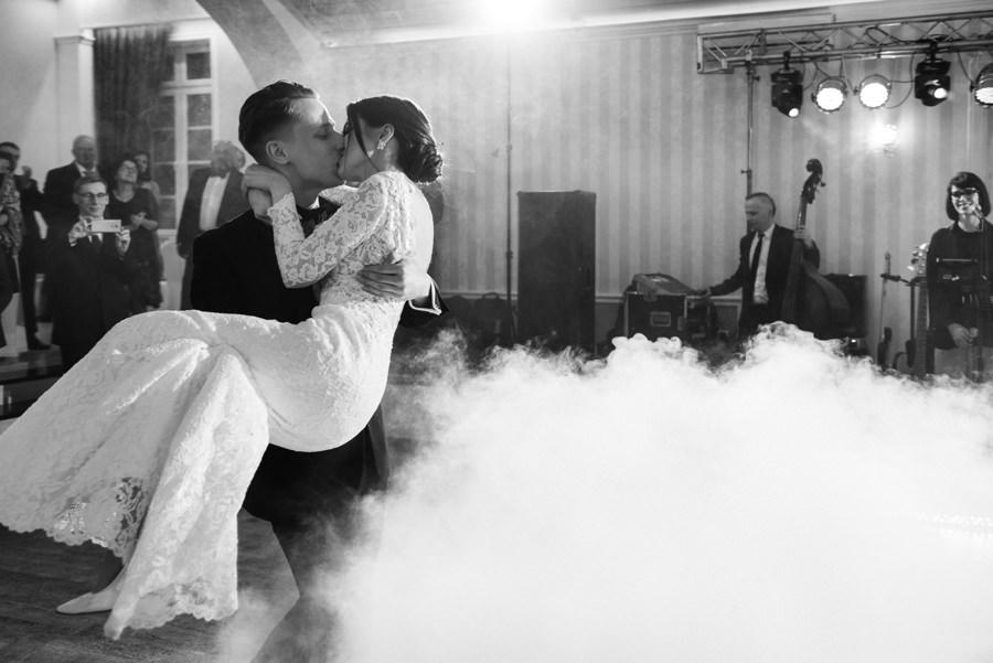 pocałunek pary młodej, zjawiskowy pierwszy taniec, hotel panorama garden nowy wiśnicz