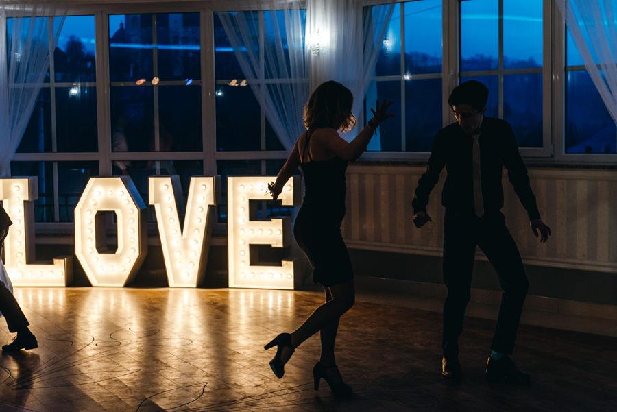 Hotel Panorama Garden wesele, tańce, energia na parkiecie, goście się bawią, fotograf Bochnia, napis love ze światełek