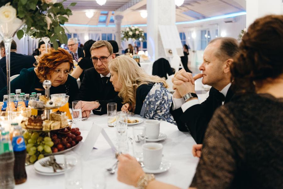 Hotel Panorama Garden wesele, goscie dyskutuja przy stolikach