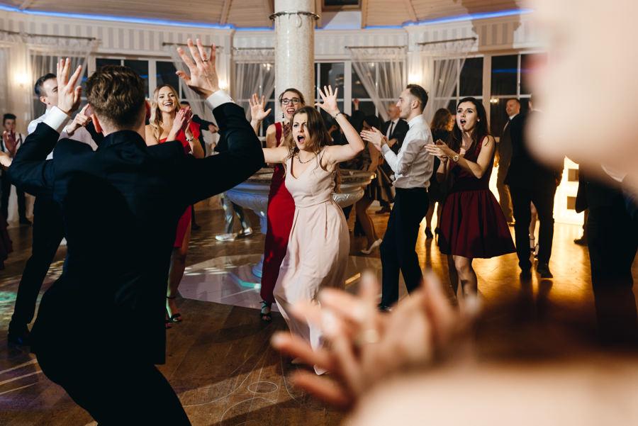 Hotel Panorama Garden wesele, tańce, energia na parkiecie, goście się bawią, fotograf Bochnia