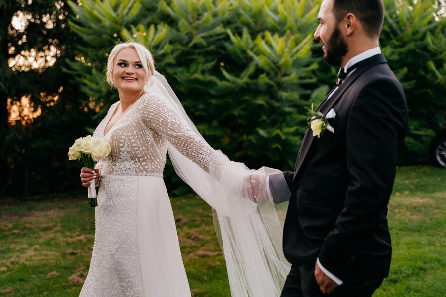 folwark zalesie, sesja ślubna, reportaż ślubny, sukienka, panna młoda, pan młody, wesele z pięknym widokiem