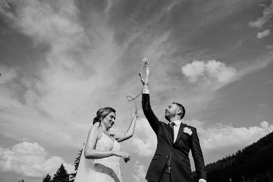 rzucanie kieliszkami na ślubie