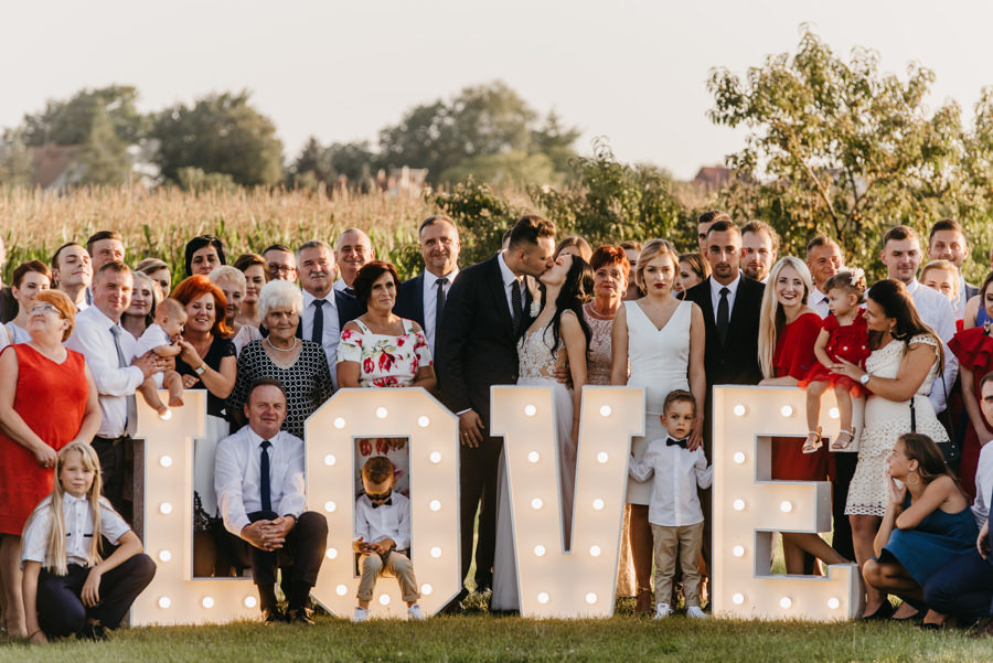 hotel panorama nowy wiśnicz wesele, sale weselne w małopolsce, zdjęcie grupowe z napisem love