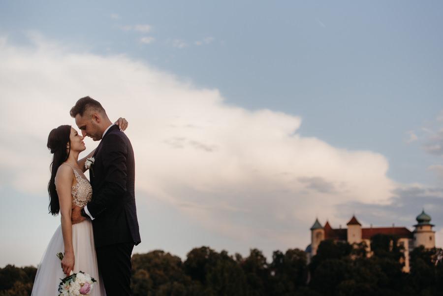 hotel panorama nowy wiśnicz wesele, sale weselne w małopolsce, para młoda na tle zamku w Nowym Wiśniczu
