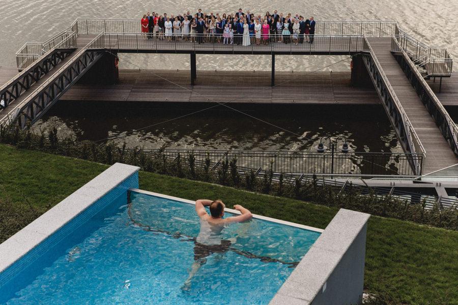 wyjątkowe zdjęcie grupowe na weselu