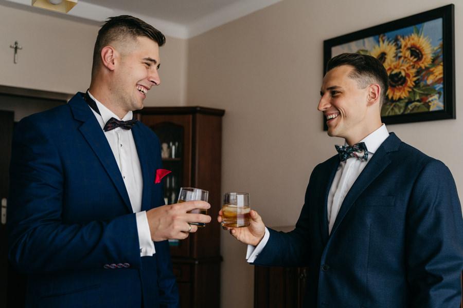 przygotowania ślubne, szampan, bukiet ślubny