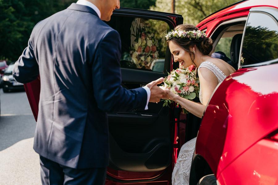 piękna panna młoda, sukienka ślubna, bukiet ślubny