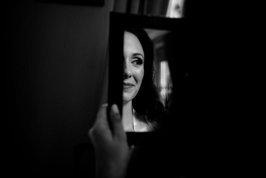 portret panny młodej w lusterku, reportaż ślubny, dwór Sieraków, fotograf ślubny kraków