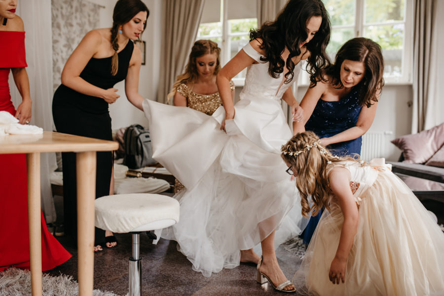 panna młoda ubiera suknie ślubną, dwór sieraków, przygotowania w dworze