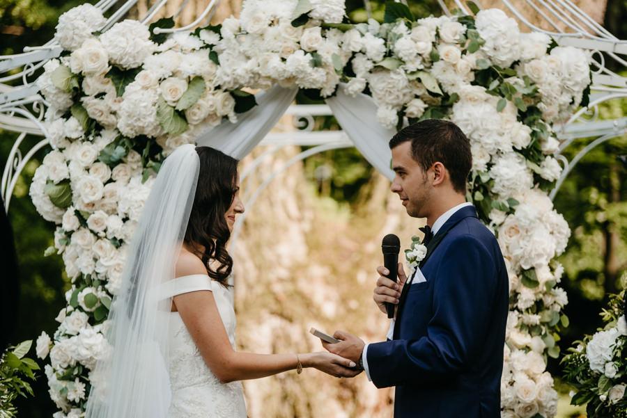ceremonia w plenerze w dworze Sieraków, ślub humanistyczny, dwór Sieraków, piękne dekoracje ślubne