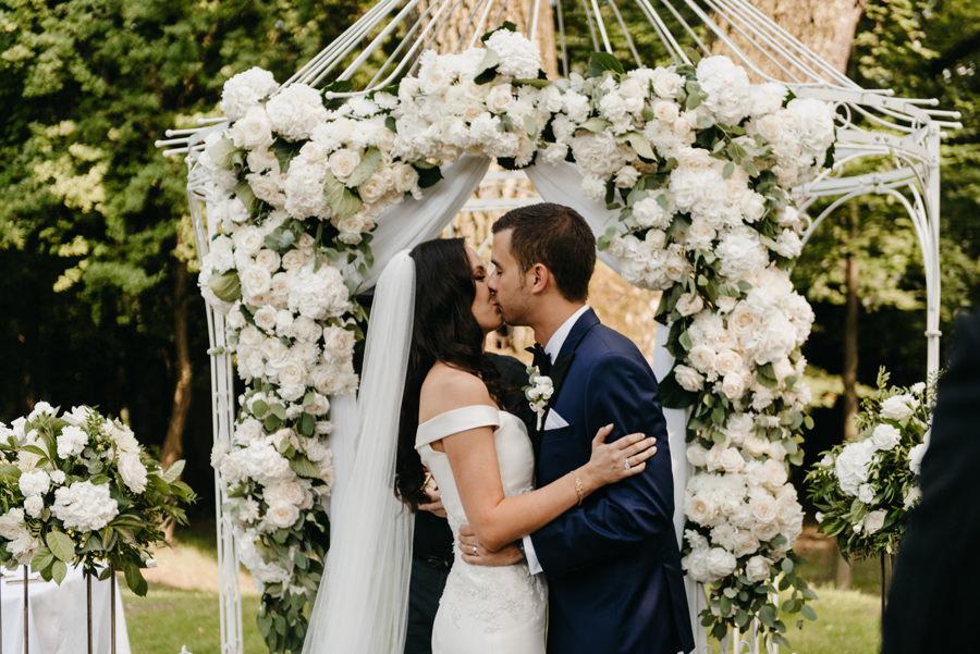 ceremonia w plenerze w dworze Sieraków, ślub humanistyczny, dwór Sieraków, piękne dekoracje ślubne, pocałunek pary młodej po przysiędze