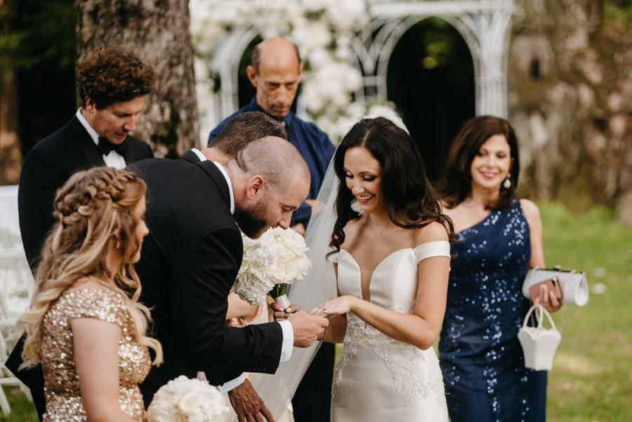 ceremonia w plenerze w dworze Sieraków, ślub humanistyczny, dwór Sieraków, piękne dekoracje ślubne, życzenia ślubne