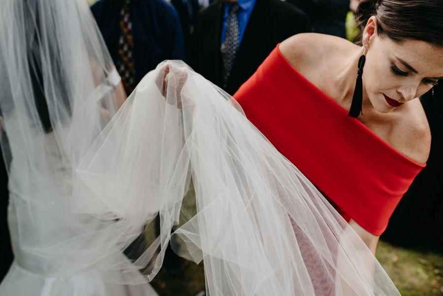 świadkowa poprawia welon panny młodej, życzenia ślubne