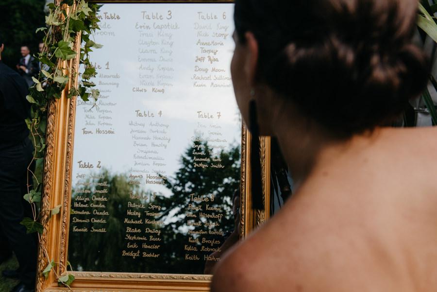 rozpiska gości weselnych na lustrze, dekoracje ślubne, eleganckie wesele