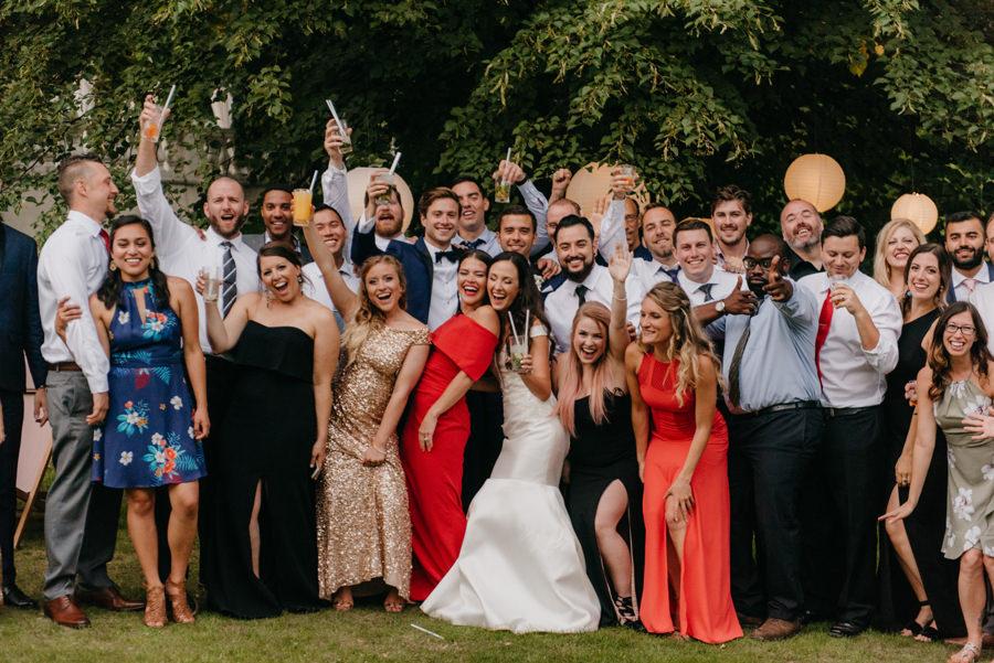 szalone zdjęcia grupowe na ślubie, fotograf ślubny, dwór sieraków