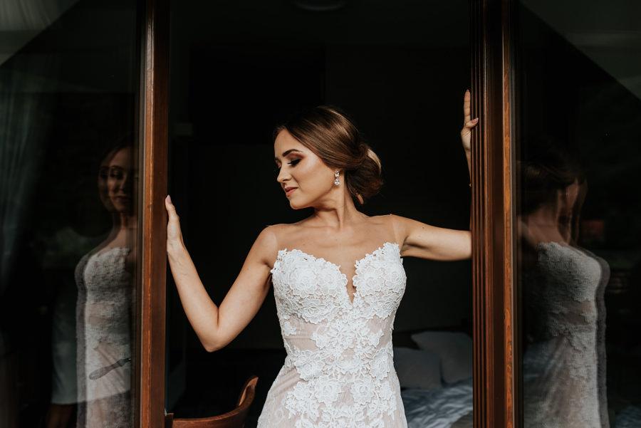 portret panny młodej, makijaż ślubny, elegancki makijaż na ślub, Klaudia Kłos, wnętrze willa poprad