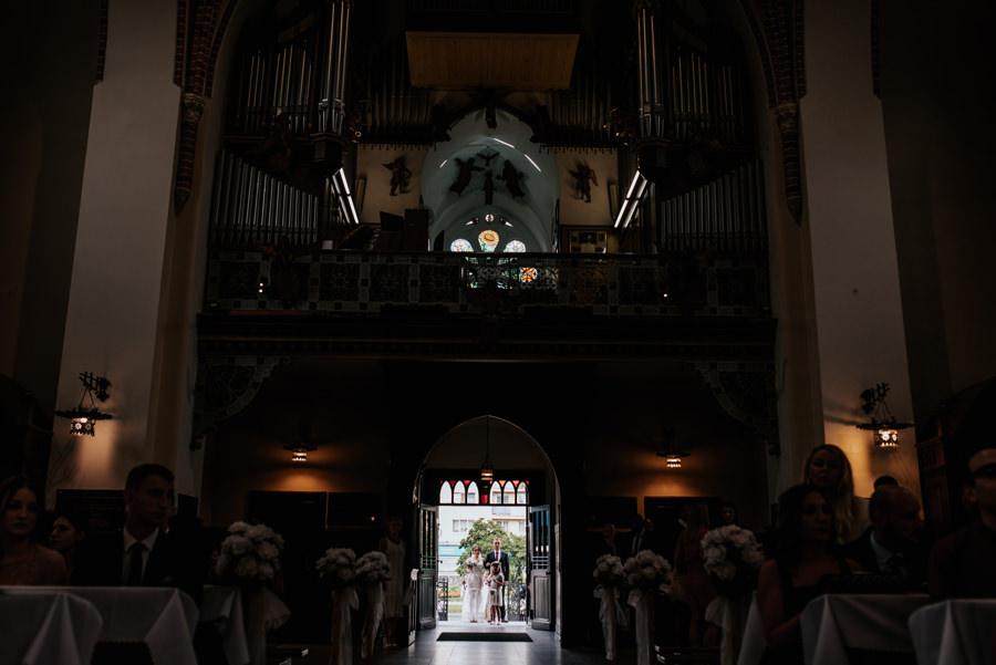 kościół nowy sącz, ślub w nowym sączu, fotograf ślubny nowy sącz, panna młoda wchodzi do kościoła
