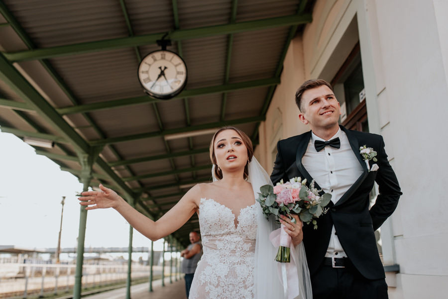 para młoda w drodze do willa poprad, na wesele pociągiem, para młoda na dworcu kolejowym