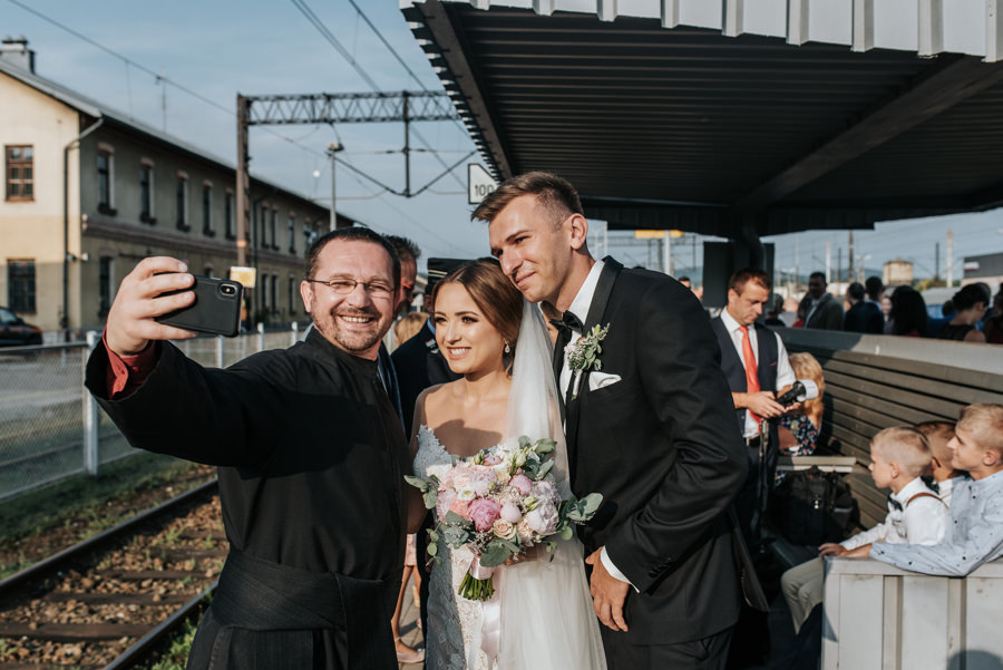 para młoda w drodze do willa poprad, na wesele pociągiem, para młoda na dworcu kolejowym, selfie z księdzem