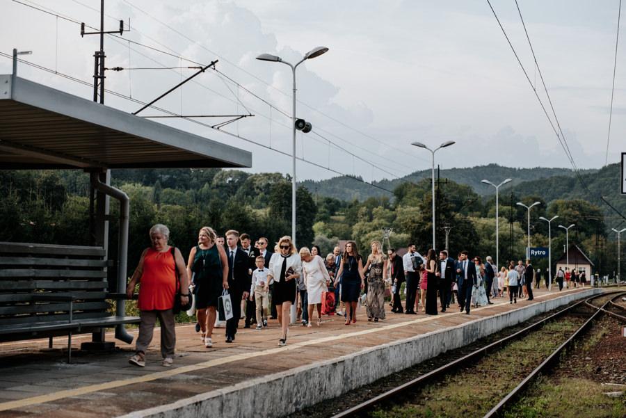 na wesele pociągiem, pociąg do Rytra, w drodze do Willa Poprad, goscie weselni