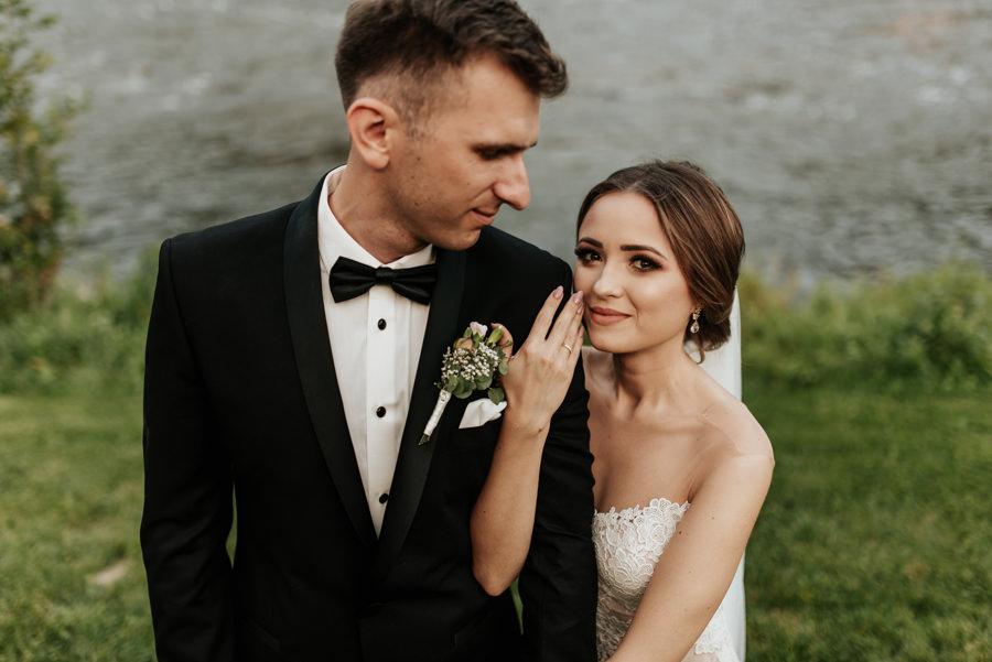 sesja obok Willa Poprad, sesja nad rzeką, plener ślubny w dniu wesela