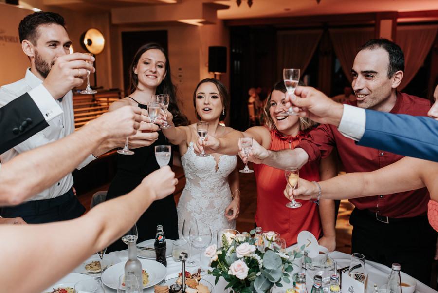 wesele w Willa Poprad, reportaż ślubny, wznoszenie kieliszków, toast