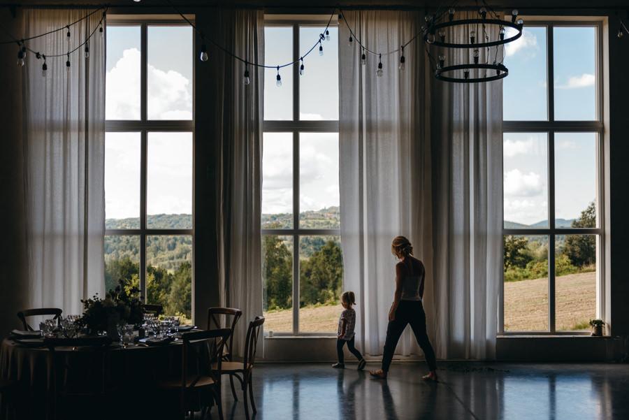wielkie okna w villa love, spacerujace dziecko