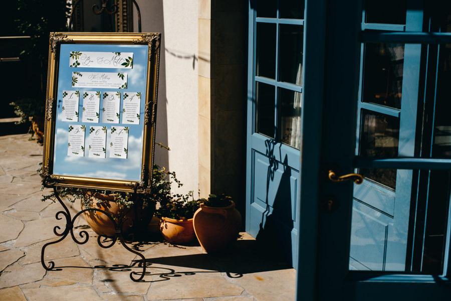 ślub w villa love, tablica stołów, piękne lustro, niebieskie drzwi, toskański klimat
