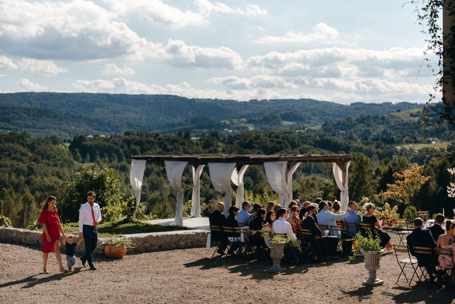 widok na beskid z VIlla Love, miejsce ceremonii ślubnej, ślub w Villa Love, goście weselni