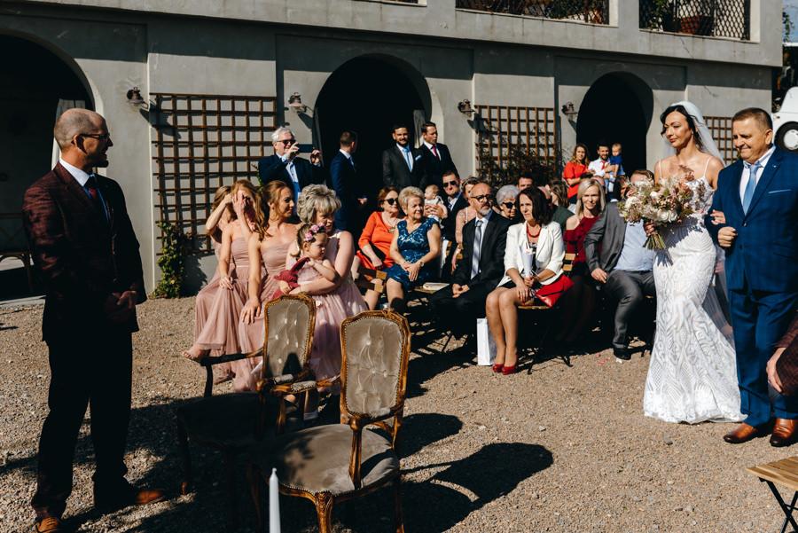ślub w Villa Love, tata przyprowadza pannę młodą pod ołtarz, śłub humanistyczny