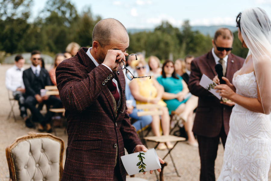 ślub w Villa Love, wzruszenie pana młodego podczas ceremonii