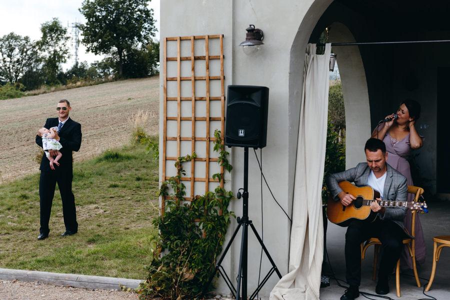 ślub w Villa Love, oprawa muzyczna podczas ceremonii, śpiew i gitara