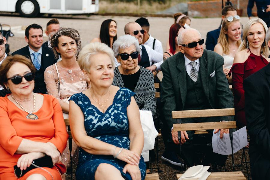 dziadkowie na ceremonii zaślubin, goście weselni, ceremonia humanistyczna