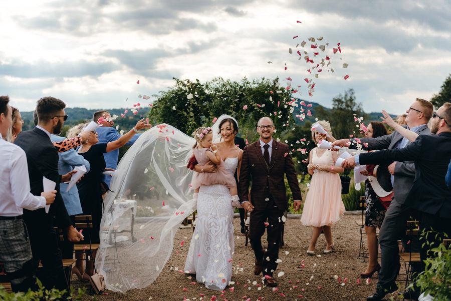 ślub w Villa Love, ceremonia humanistyczna, rzut kwiatami, szczęśliwi nowożeńcy