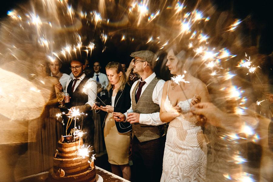 ślub w Villa Love, fotoreportaż ślubny, fotograf ślubny Kraków, krojenie tortu i zimne ognie