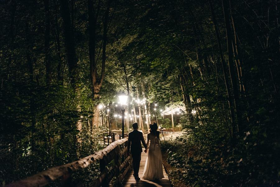 stara kruszarnia nocą, las, strefa chillout, ślub w plenerze